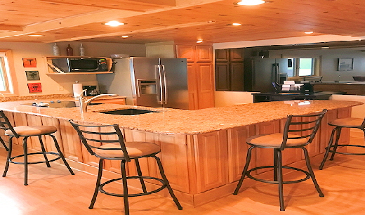 Cabin Eleven Kitchen / Dining area with five Bar Stools